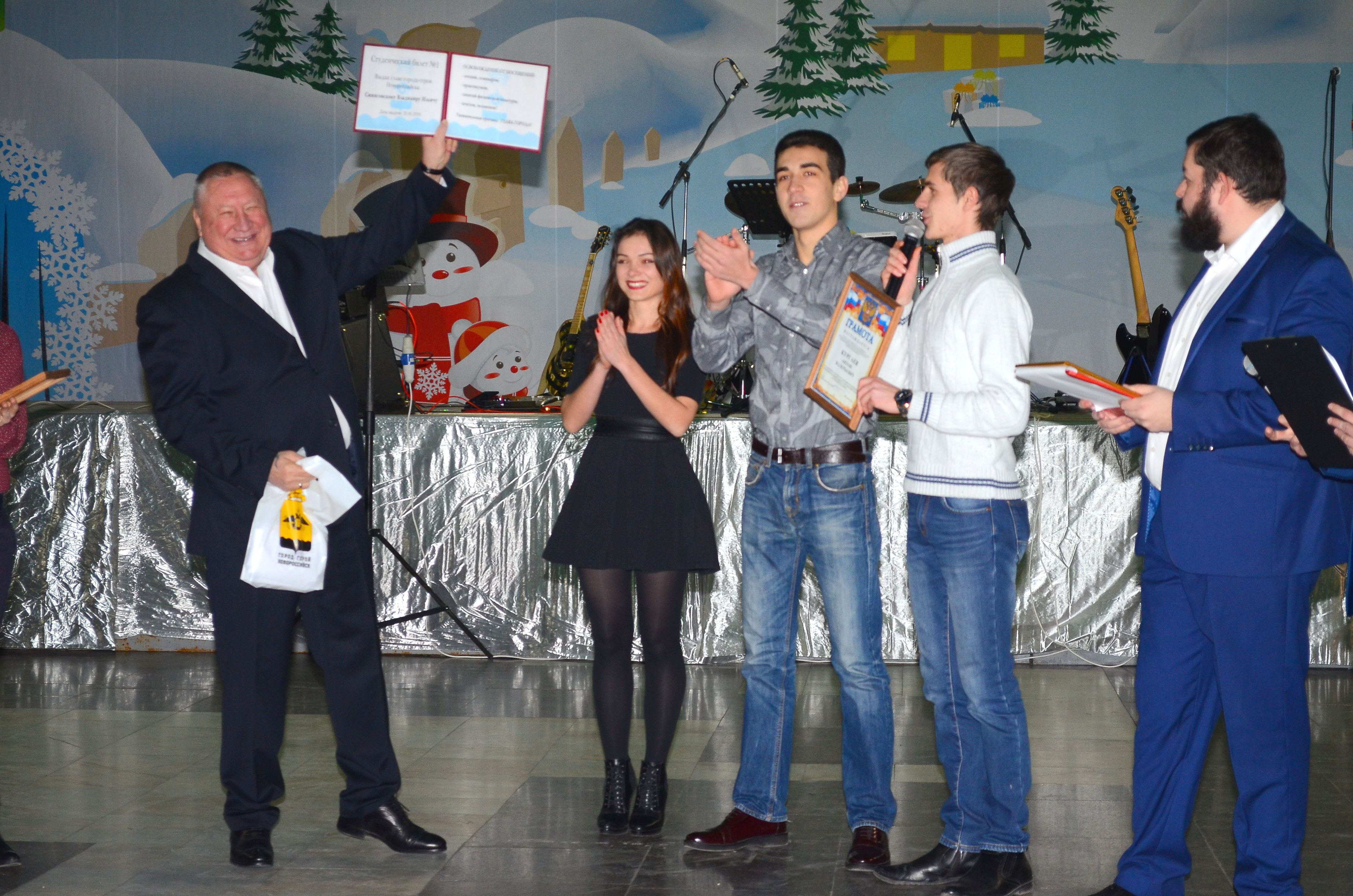 Новороссийские студенты подарили главе города В.И. Синяговскому студенческий билет!