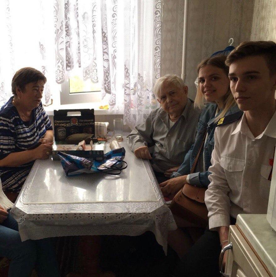 Волонтеры Новороссийска посещают ветеранов с поздравлениями