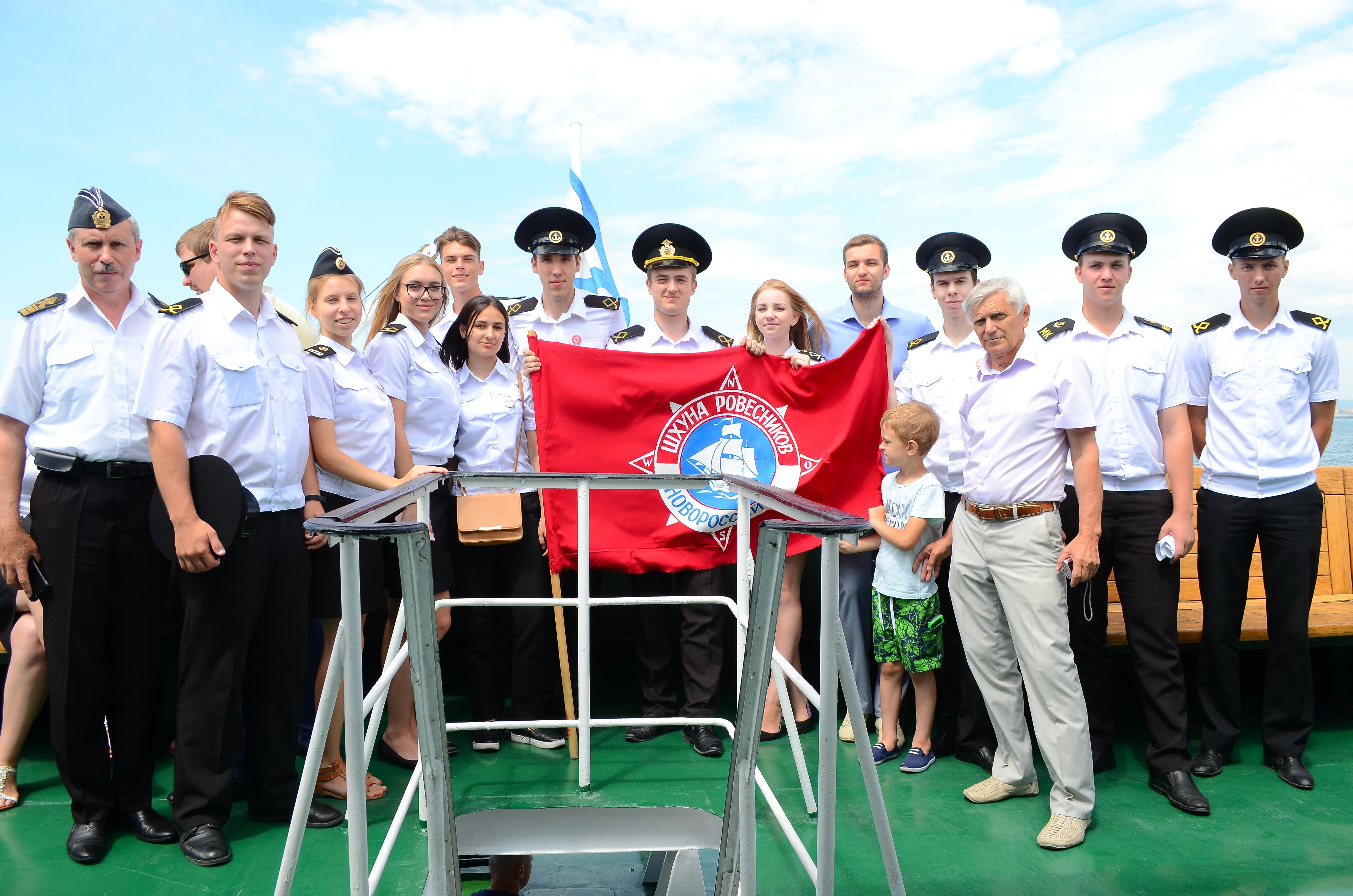 В Цемесской бухте на воду были возложены венки с военных катеров