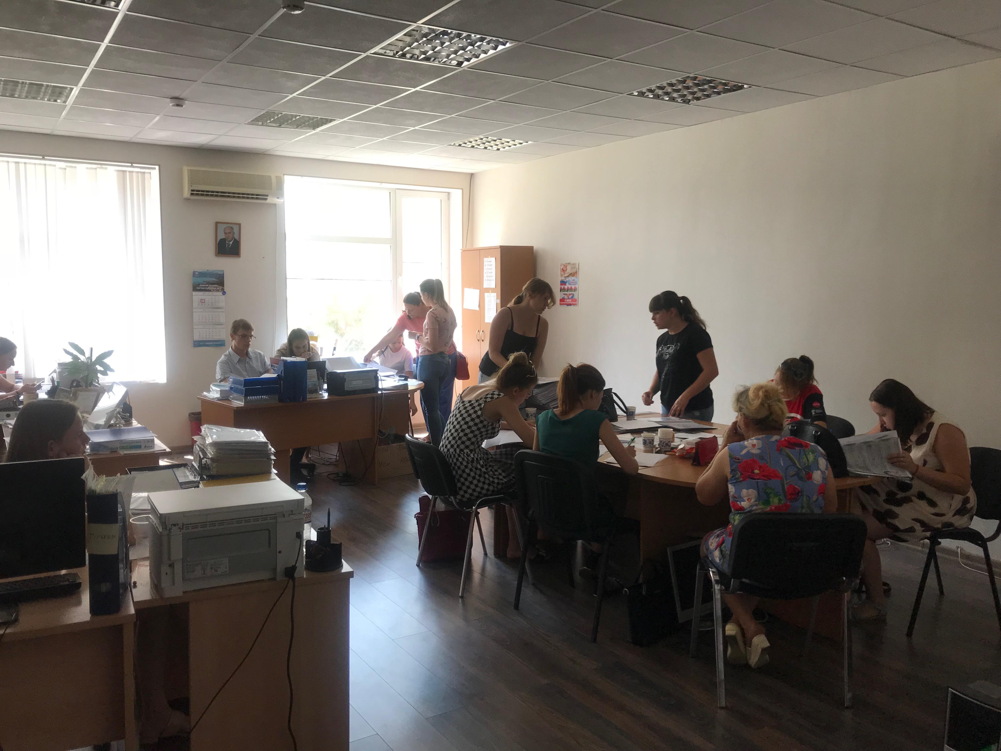 В МБУ «Молодежный центр» продолжается летнее трудоустройство несовершеннолетних.