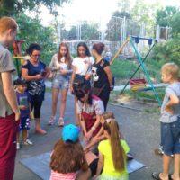 На летней дворовой площадке по месту жительства был проведен инструктаж на тему «Оказание первой медицинской помощи».