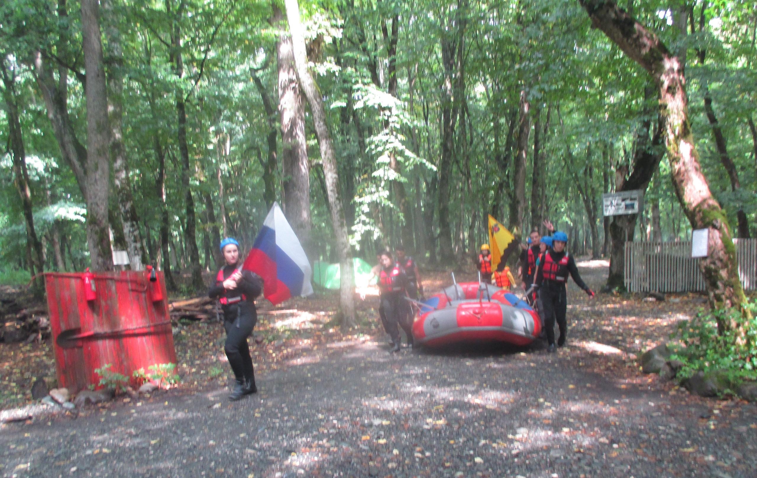 Молодежный центр организовал водный поход приуроченный к празднику День флага Российской Федерации